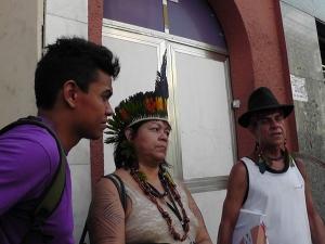 na esquerda da foto um neto do Cacique Raoni, ao seu lado Namara Gurupy, mulher indígena advogada