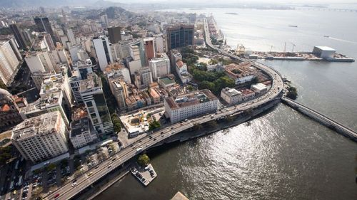 O elevado passa à beira da Baía de Guanabara, na zona portuária do Rio
