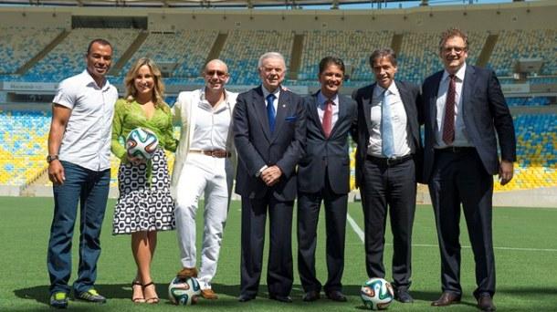 Cláudia Leitte e Pitbull posaram com representantes da Fifa e da Sony durante entrevista coletiva. Foto: Divulgação/Fifa