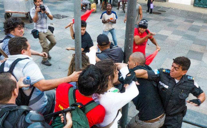 mulher agredia por pm