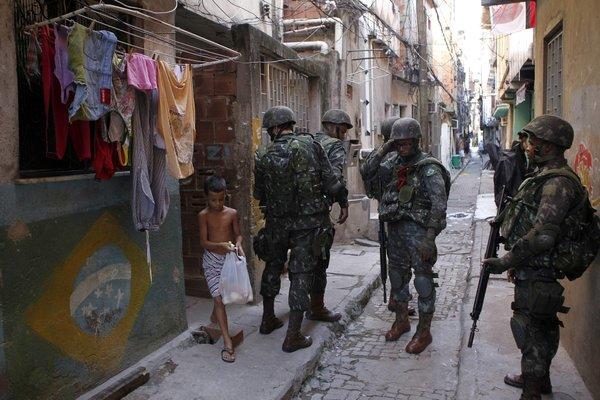 Bei den Einsätzen der brasilianischen Sicherheitskräfte sind vielfach Schusswaffen aus Deutschland im Einsatz, etwa bei der Favela-Räumung in Rio. (Foto: dpa)