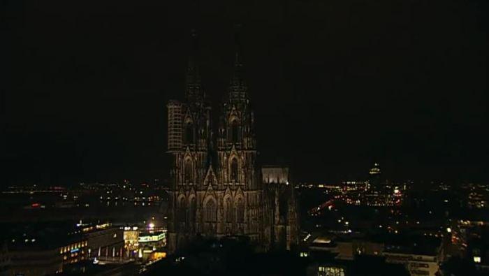 Dezenas de milhares de pessoas em toda a Alemanha também demonstraram nesta segunda-feira contra a xenofobia e contra o movimento neonazista  Pegida. Grandes Monumentos alemães apagaram suas luzes. Conforme anunciado, a famosoa Catedral de Colônia apagou suas luzes no mesmo horário em que manifestantes do movimento de direita caminhavam nas ruas de Dresden.