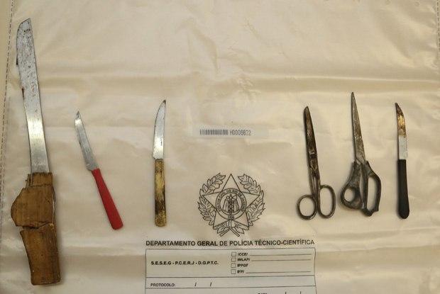 Facas e tesouras retiradas da casa da mãe do suspeito