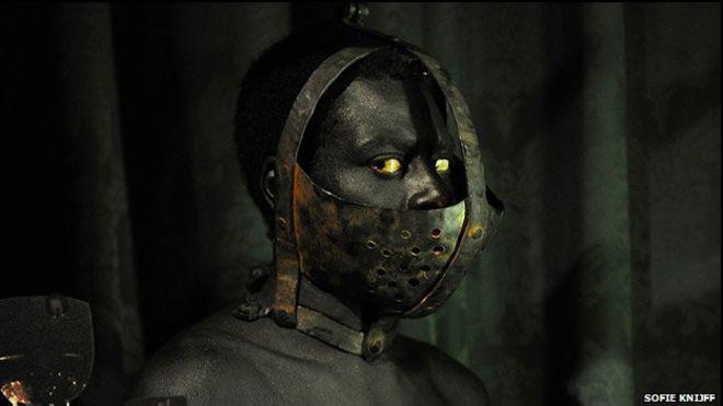"""Uma performance artística polêmica com atores negros em um """"zoológico humano"""" foi cancelada em Londres depois de protestos realizados na terça-feira, na sua noite de abertura."""