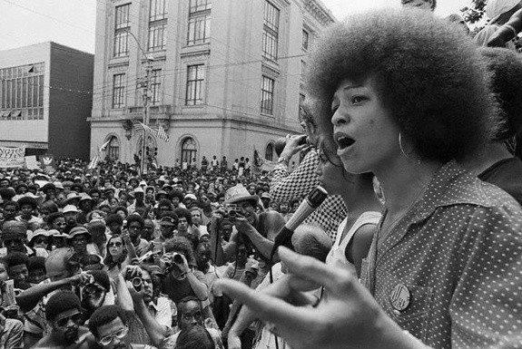 Os anos 1960/70, foram os mais férteis para a luta dos Negros Americanos e suas Organizações Politicas. Aqui, uma manifestação massiva dos Black Panther´s, no Harlen-New York - USA.