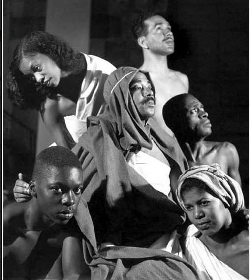 Elenco da peça 'O Filho Pródigo', de Lúcio Cardoso. Da esquerda para a direita: Roney da Silva (Moab), Ruth de Souza (Aíla), Abdias Nascimento (Pai), José Maria Monteiro (Assur), Aguinaldo Camargo (Manassés) e Marina Gonçalves (Selene). Rio de Janeiro, Teatro Ginástico, 1947. Cedoc-Funarte.