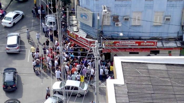 Homem é baleadoàs 13h25, de 2.07.2015, na esquina das ruas XV de novembro com Dr. Borman, no centro de Niterói.