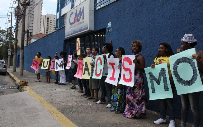Protesto em frente ao Colégio Internacional Anhembi Morumbi manifestou apoio a estagiária que acusa a diretora da escola de racismo-2011 foto Marina Morena Costa