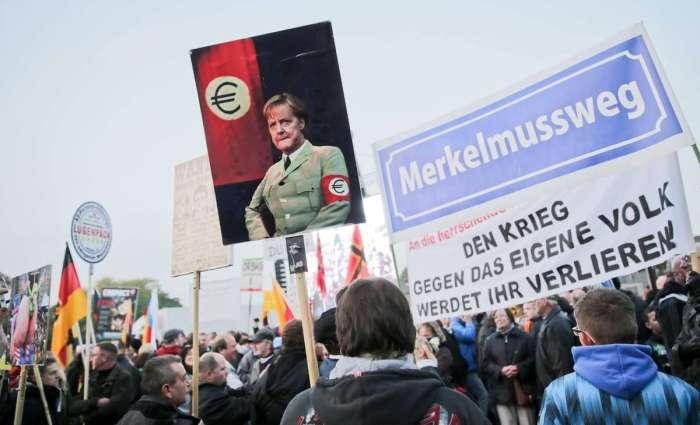 © APA/EPA/MICHAEL KAPPELER Dass die Bewegung immer weiter nach rechts driftet, kümmer viele Anhänger wohl kaum.