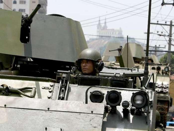 25 de novembro - Tanque da Marinha auxilia operação do Bope no Rio