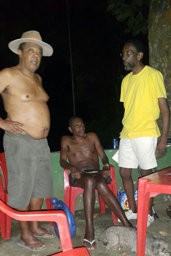 Nayt Junior à direita, Braulio e Luiz Sacopã em vigília