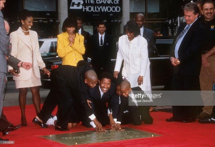 Ator Denzel Washington e família colaca suas mãos no cimento em 15 de janeiro de no Mann''s Village Theater in Hollwood, CA