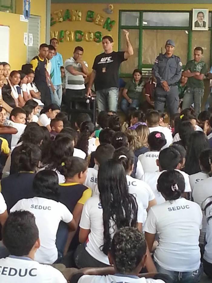 Delegado-torturador ministrando aulas para meninas