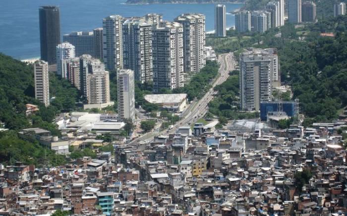 MORRO E ASFALTO: OS PRÉDIOS EM SÃO CONRADO VISTOS DA FAVELA DA ROCINHA, NO RIO DE JANEIRO