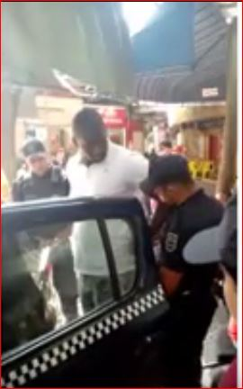 Hery Paulino sendo algemado pelo guarda Guzmão