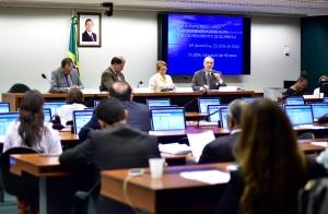 Roque Callage (ao microfone) participou de audiência na CPI da Funai e do Incra
